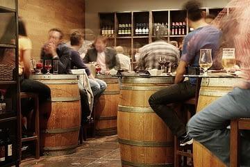 أصدقاء في حانة